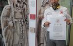 El protagonista de la entrevista con el diploma acreditativo del Camino del Cid