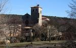 Entre los troncos de los árboles de hoja caduca clarean en invierno las iglesias y ermitas escondidas tras la frondosidad de la primavera.