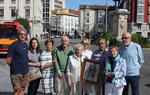 Miembros de la Asociación posan frente a la estatua del Cid de Burgos tras recoger el premio