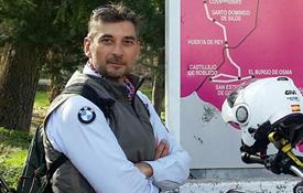 David Alejandro García sobre su moto en el Camino del Cid