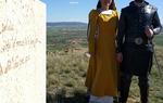 Los actores en el hito del Camino del Cid (Imagen: Asoc. Cultural Mío Cid)