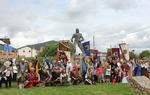 Una representación de los asistentes a los Encuentros de Mío Cid junto a la estatua del Campeador en El Poyo