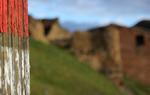 Las señales senderistas que indican el Camino del Cid pueden ser de dos tipos según la provincia en que te encuentres: en las provincias de Burgos, Soria y Alicante dos bandas rojas, y en las provincias de Guadalajara, Zaragoza, Teruel, Castellón y Valencia, banda roja y blanca (en la imagen), que indica que el Camino del Cid ha sido homologado como Sendero de Gran Recorrido (GR 160) / ALC.