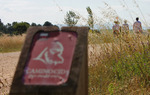 Baliza senderista del Camino del Cid. Respeta la señalización que te encuentres: dañar, tirar o cambiar una señal significa que los que vayan detrás de ti podrían perderse / ALC.