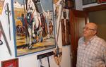 El coleccionista José Luis Fernández observa alguno de los elementos de su colección