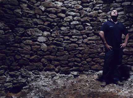 El alcalde de Olocau del Rey, en el interior del nevero / Gontzal Largo