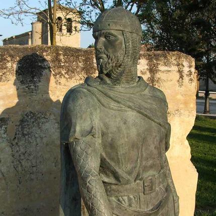 """El Cid es uno de los grandes mitos literarios españoles, pero a diferencia de otros, como el Quijote o el Don Juan, el personaje literario está basado en un personaje histórico: Rodrigo Díaz, un guerrero castellano que vivió en el siglo XI. Imagen: estatua del Cid, en Vivar del Cid (Burgos): desde aquí partió Rodrigo hacia el destierro, según cuenta el Cantar, """"con lágrimas en los ojos"""" / ALC."""