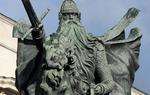 El Cantar de mío Cid fue escrito un siglo después de la muerte del Cid, y mezcla hechos reales con otros inventados para dar lugar a un personaje literario muy potente: el Cid Campeador que ha llegado a nuestros días. En la imagen: la estatua más fotografiada de la ciudad de Burgos es esta del Cid, obra del escultor Juan Cristóbal / ALC.