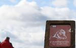 Baliza identificativa del Camino del Cid senderista con el logo del Consorcio. Estas señales son seguidas también por las bicis BTT salvo en tramos específicos / ALC.