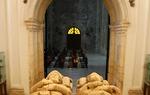 Tras su muerte, en 1099, su mujer Jimena resistió como gobernadora de Valencia hasta que los almorávides conquistaron la ciudad en el año 1102. Jimena se llevó el cadáver de su marido al Monasterio de San Pedro de Cardeña, donde fue enterrado. Actualmente los restos del Cid y su esposa se encuentran enterrados en la catedral de Burgos bajo el cimborrio de la catedral. Imagen: sepulcros del Cid y Jimena en el monasterio burgalés de San Pedro de Cardeña / ALC.
