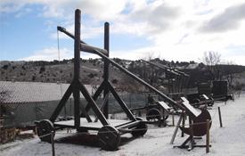 Una de las máquinas de asedio en el parque ubicado en Albarracín, Teruel