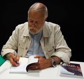 """El autor de """"El Manuscrito del Cid"""" firmando la novela"""