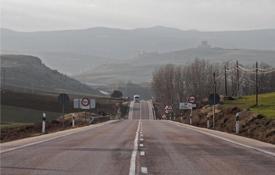 Carretera N-211. Al fondo, el castillo de Molina
