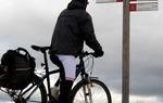 Un ciclista siguiendo las flechas de dirección del Camino del Cid. Encontrarás este tipo de señalización, común a senderistas y usuarios de BTT, a lo largo de la ruta / ALC.