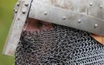 Esta cofia de malla protegía la cabeza, el cuello y los hombros de los guerreros, y fue muy utilizada hasta bien entrada la Edad Media. Podrás ver algunas buenas reproducciones en las muchas recreaciones medievales que tienen lugar a lo largo del Camino del Cid / ALC.